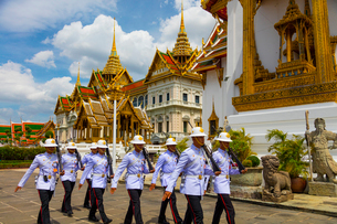 タイ王宮のドゥシット宮殿の前を行進する衛兵の写真素材 [FYI02660845]