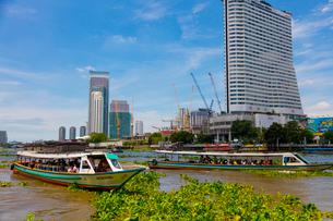 チャオプラヤー川の風景とエクスプレスボートの写真素材 [FYI02660847]