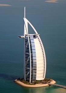 ヘリコプターから見たブルジュ・アル・アラブの写真素材 [FYI02660897]