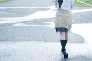 水たまりを歩く女学生の足の写真素材 [FYI02660914]