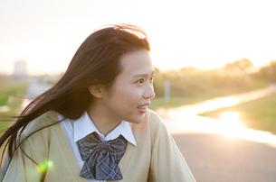 横を向いている女子学生の写真素材 [FYI02661003]