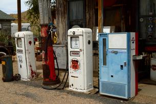 ヒストリックルート66のアンティークな店のガソリンポンプの写真素材 [FYI02661009]