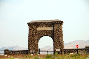 イエローストーン国立公園のルーズベルトカントリーのルーズベルトアーチの写真素材 [FYI02661010]