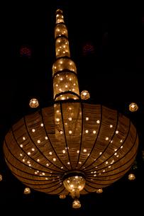 アハマドアルファテフモスクの建物内部のシャンデリアの写真素材 [FYI02661024]