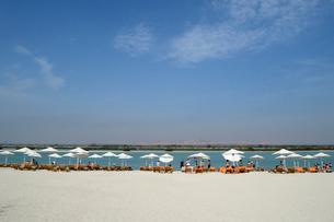 シルバニヤス島の砂浜のパラソルとデッキチェアの写真素材 [FYI02661029]