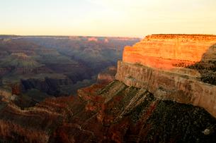 グランドキャニオン国立公園のモハーベポイントから夕日の展望の写真素材 [FYI02661055]
