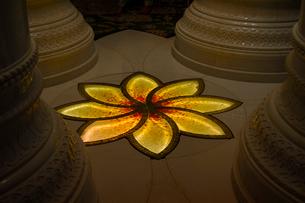 シェイクザイードグランドモスクの建物内の床の飾りの写真素材 [FYI02661092]