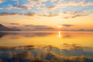 支笏湖の夜明けの写真素材 [FYI02661141]