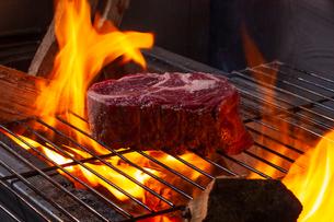 薪焼きステーキの写真素材 [FYI02661156]