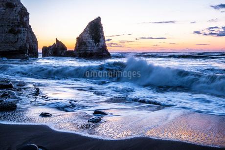 明け方の大波月・小波月海岸の夜明けの写真素材 [FYI02661194]