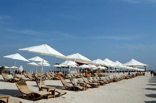 シルバニヤス島の砂浜のパラソルとデッキチェアの写真素材 [FYI02661283]