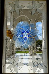 シェイクザイードグランドモスクの建物内の飾り窓の写真素材 [FYI02661290]