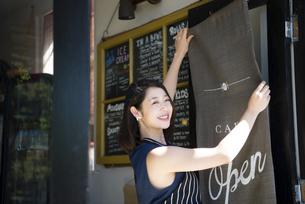 カフェで仕事をしている店員の写真素材 [FYI02661305]
