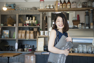カフェで仕事をしている店員の写真素材 [FYI02661354]