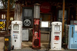 ヒストリックルート66のアンティークな店のガソリンポンプの写真素材 [FYI02661409]