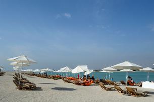 シルバニヤス島の砂浜のパラソルとデッキチェアの写真素材 [FYI02661438]