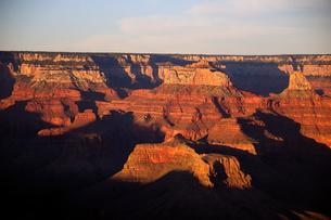 グランドキャニオン国立公園のモハーベポイントから夕日の展望の写真素材 [FYI02661439]