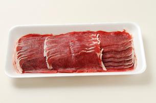エゾ鹿すき焼き用生肉の写真素材 [FYI02661471]