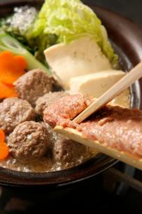 エゾ鹿肉つみれ鍋調理中の写真素材 [FYI02661489]