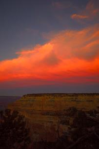 グランドキャニオン国立公園のモハーベポイントから夕日の展望の写真素材 [FYI02661538]
