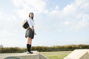 立って遠くを見ている女学生の写真素材 [FYI02661636]