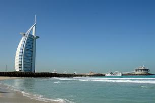 ジュメイラビーチからのバージュアルアラブの建物の写真素材 [FYI02661693]