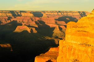 グランドキャニオン国立公園のモハーベポイントから夕日の展望の写真素材 [FYI02661734]