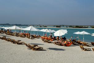 シルバニヤス島の砂浜のパラソルとデッキチェアの写真素材 [FYI02661753]