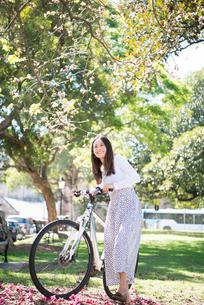 自転車を引いている女性の写真素材 [FYI02661785]