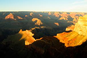 グランドキャニオン国立公園のモハーベポイントから夕日の展望の写真素材 [FYI02661802]