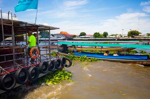 チャオプラヤー川の風景とエクスプレスボートの写真素材 [FYI02661890]