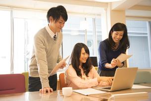 オフィスにいる3人の写真素材 [FYI02661904]
