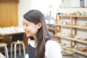 陶芸教室で笑っている女性の写真素材 [FYI02661918]