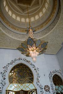 シェイクザイードグランドモスクの建物内のシャンデリアの写真素材 [FYI02661941]