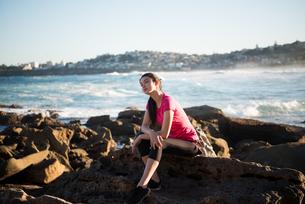 トレーニングウェアでビーチにいる女性の写真素材 [FYI02661950]