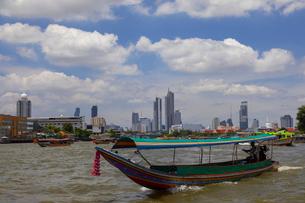チャオプラヤー川の風景とエクスプレスボートの写真素材 [FYI02662102]
