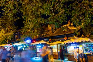 夜も賑わう錦里古街の写真素材 [FYI02662103]