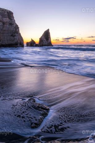 明け方の大波月・小波月海岸の夜明けの写真素材 [FYI02662140]