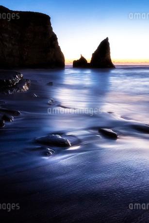 明け方の大波月・小波月海岸の渚の写真素材 [FYI02662154]