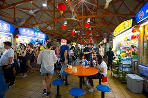 人々で賑わう中華街のホーカーズの写真素材 [FYI02662194]
