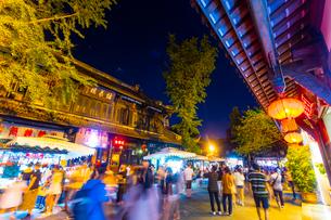 夜も賑わう錦里古街の写真素材 [FYI02662280]