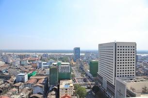 新しいビルが増えていくヤンゴン市内の写真素材 [FYI02662303]