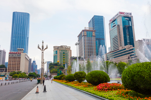 成都の天府広場と高層ビル街の写真素材 [FYI02662310]