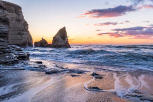 明け方の大波月・小波月海岸の夜明けの写真素材 [FYI02662398]