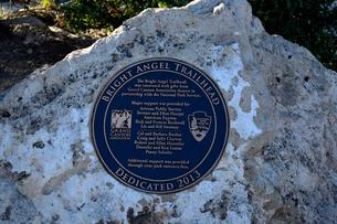 グランドキャニオン国立公園のブライトエンジェルトレイルヘッドの標識の写真素材 [FYI02662402]