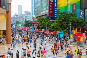 人々で賑わう春熙路の写真素材 [FYI02662452]