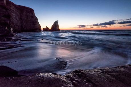 明け方の大波月・小波月海岸の夜明けの写真素材 [FYI02662474]