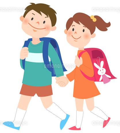 手をつないで歩いている男女の小学生のイラスト素材 [FYI02662485]