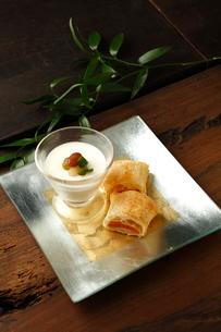 杏のパイと白い珈琲プリンの写真素材 [FYI02662516]