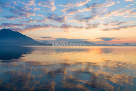 支笏湖の夜明けの写真素材 [FYI02662532]